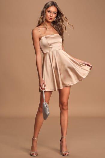 vestido dorado simple