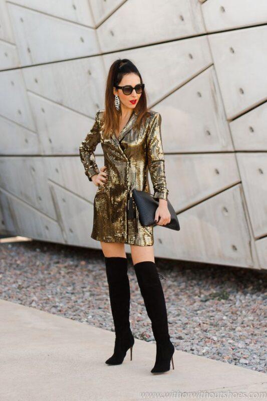 vestido dorado y botas
