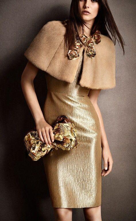 vestido dorado y capa de piel