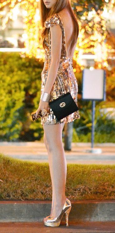 vestido dorado y cartera negra