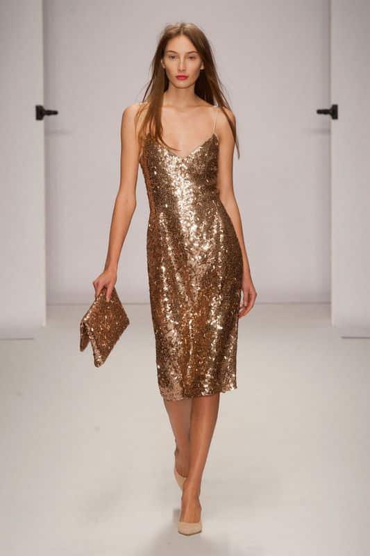 vestido dorado y zapatos color piel