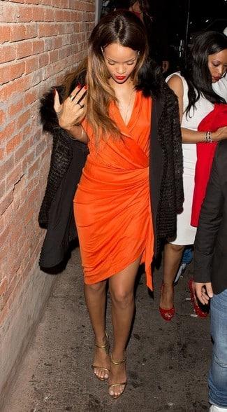vestido naranja con tapado negro