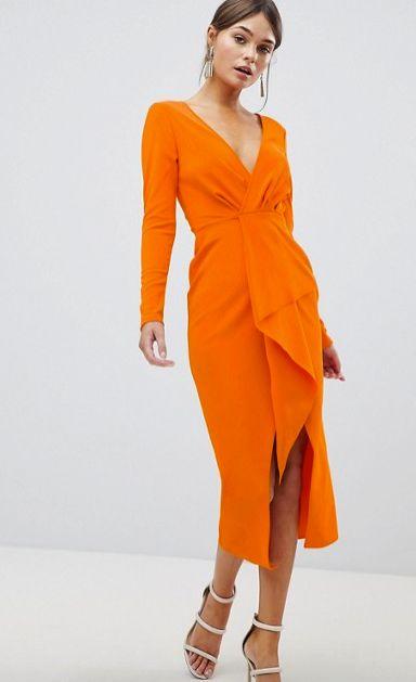 vestido naranja mangas largas con sandalias blancas 1