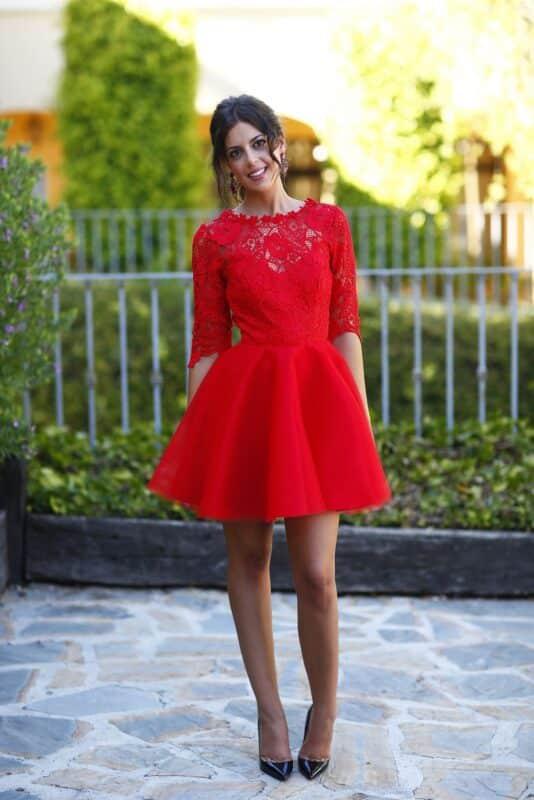 vestido rojo para una fiesta al aire libre noche